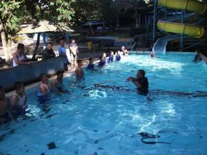 Pembina Memberi Instruksi cara Berenang Yang benar dan Profesional.
