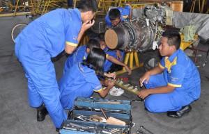 Siswa Lagi Repair Engine Pesawat.