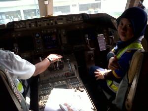 Siswi di ajarin Start Engine Pesawat Boing milik maskapai penerbangan garuda.