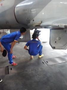 Dua Siswa Afp Melakukan Pengecekan Selang Hydraulic.